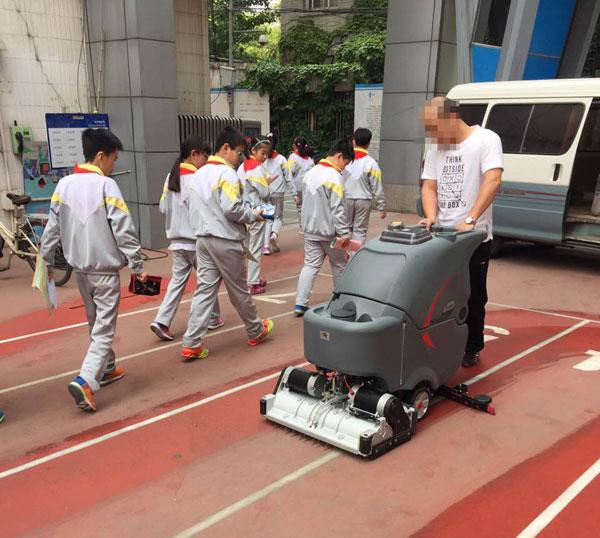 塑膠跑道使用高美洗掃一體機做保潔