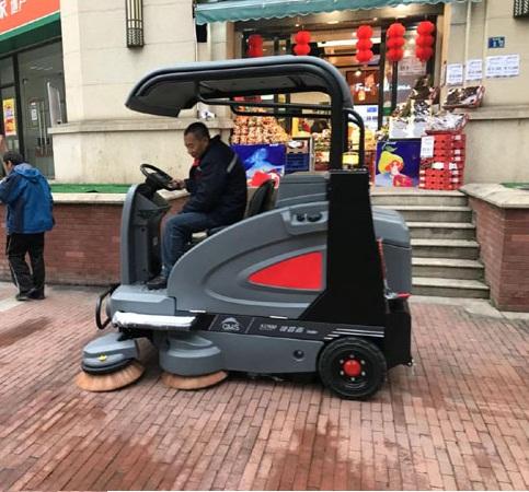 驾驶式扫地机在步行街使用