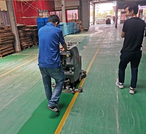 武汉大汉口食品车间采用手推洗地机做保洁