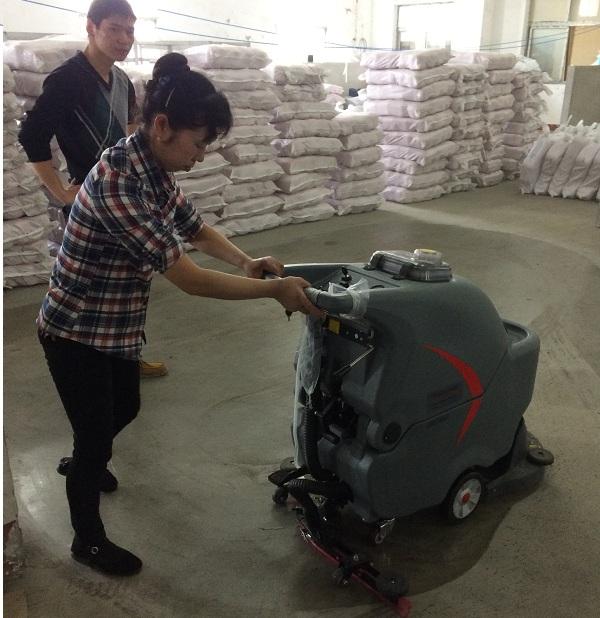 某纺织工厂订购电瓶洗地机投放仓库保洁使用