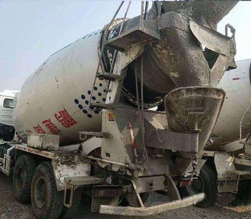 混凝土搅拌车使用高压水枪冲洗水泥结皮案例