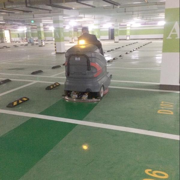 武汉小区住宅地下车库使用驾驶式洗地机清洗地库地面