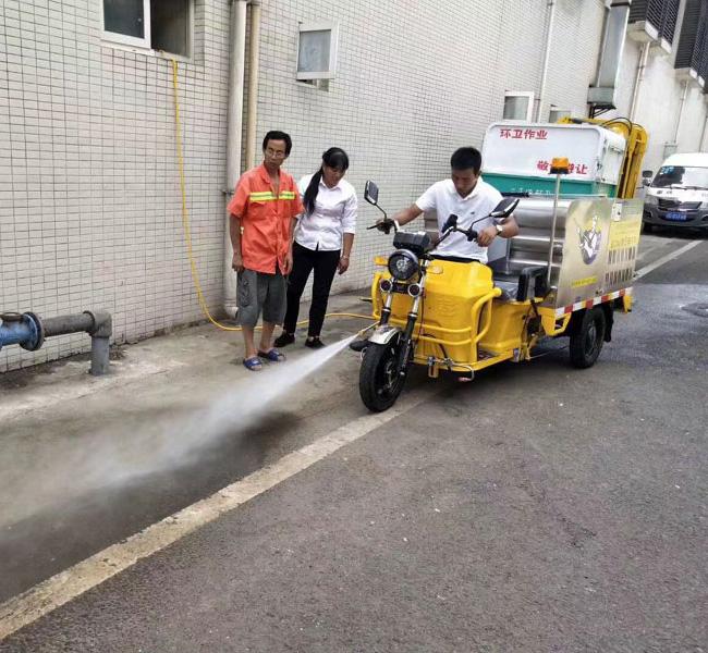 多功能高压冲洗车在乡村旅游景点保洁作业