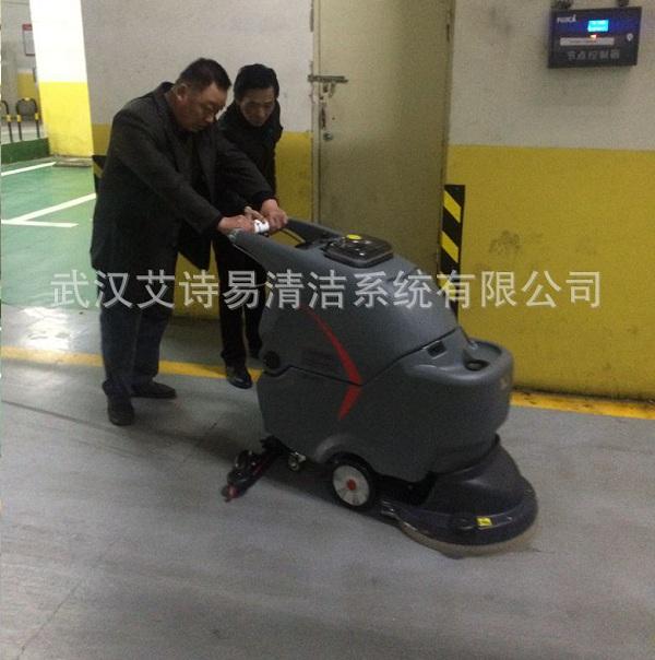 孝感商场地下停车场使用手推式洗地机做保洁