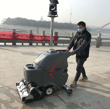 武汉江滩使用高美手推式洗地扫地一体机做环卫保洁