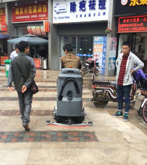 武汉万达广场步行街道使用驾驶式洗扫一体机做保洁