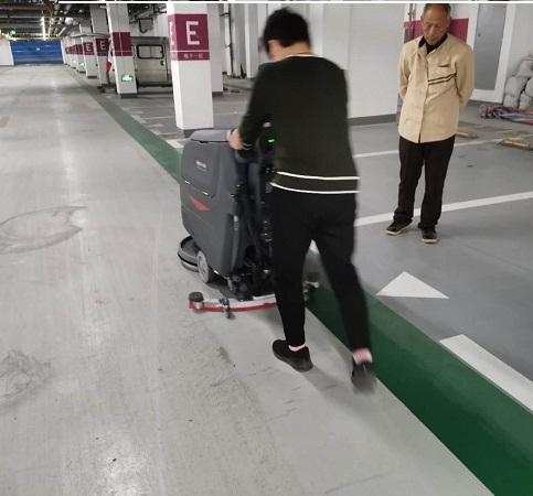 手推自走式洗地机_小区地下车库保洁利器