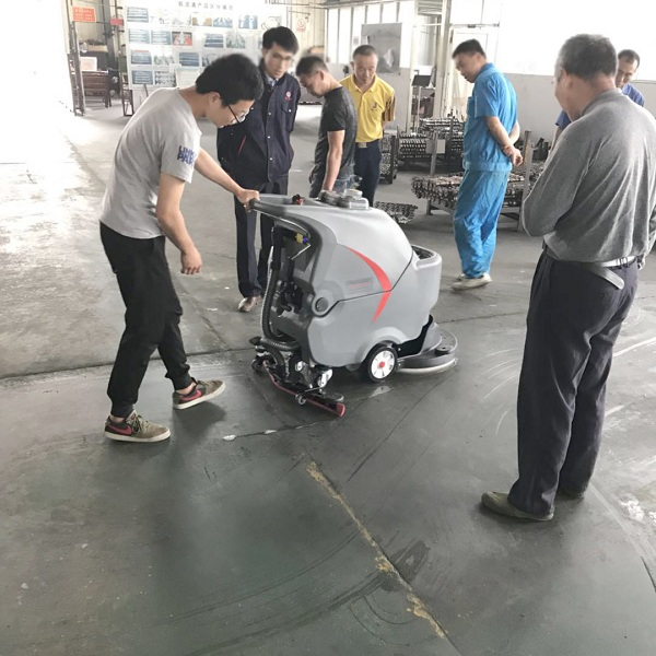 黄冈汽车配件厂房用上了全自动洗地机