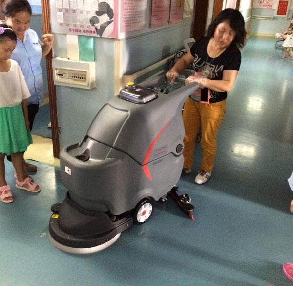 高美手推式洗地机GM50B在医院使用案例图
