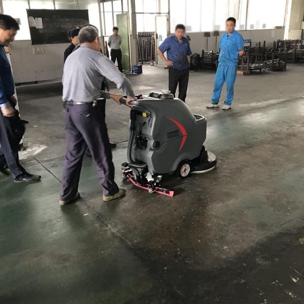 荆州零配件使用手推式电动洗地机清洗车间油污地面