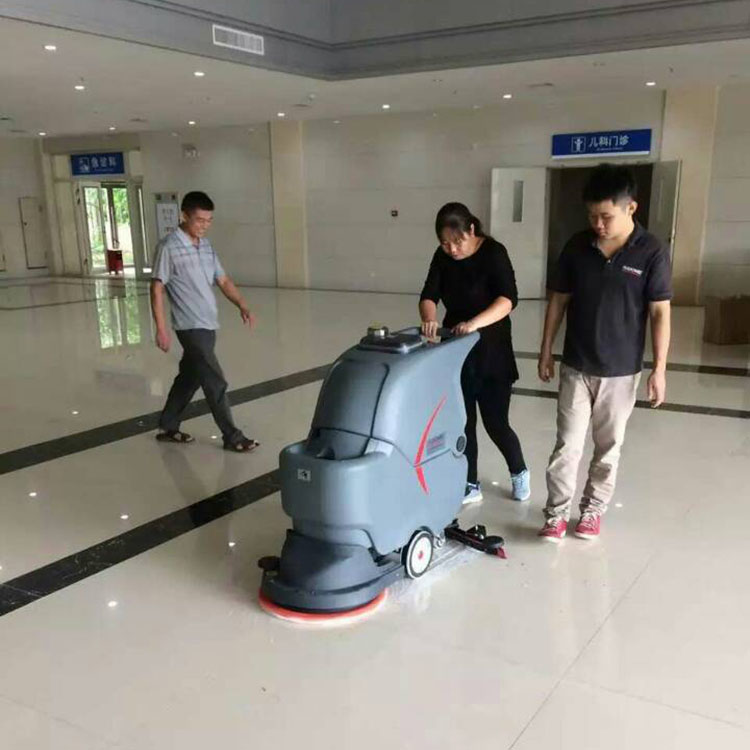 手推洗地机在医院大厅使用