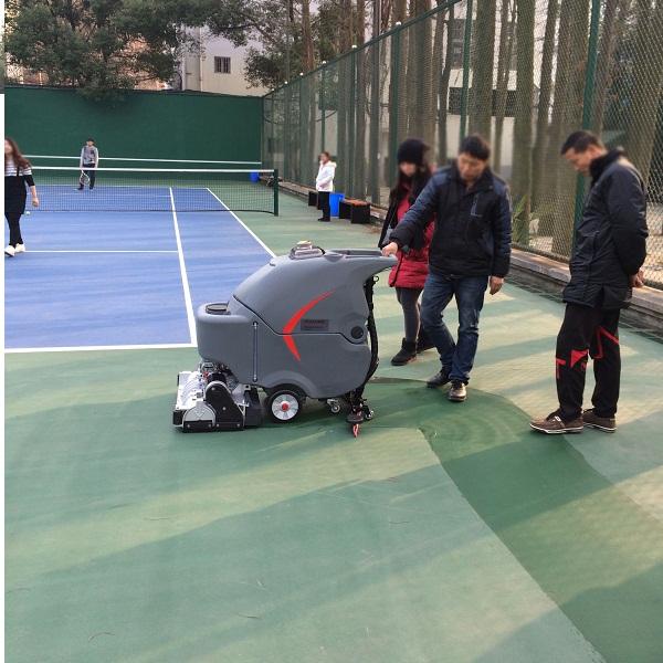 某大学篮球场塑胶跑道足球场使用洗扫滚刷一体机做保洁