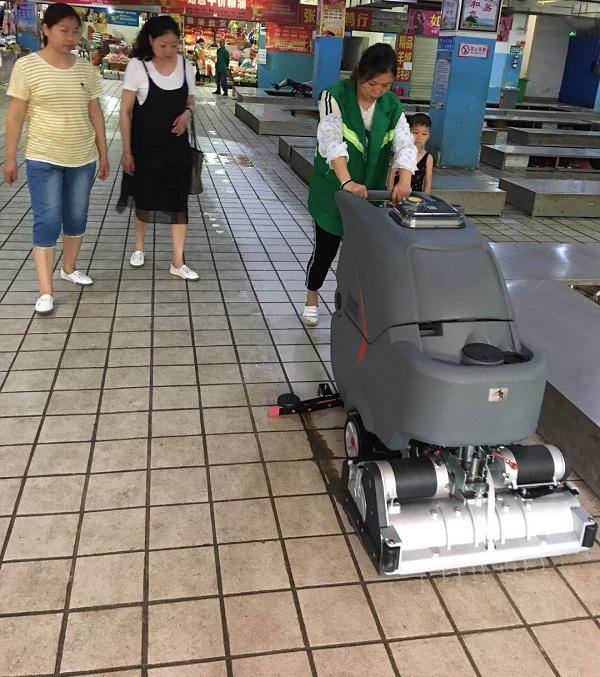 武汉某农贸菜场瓷砖地面使用手推式扫地vwin ac案例