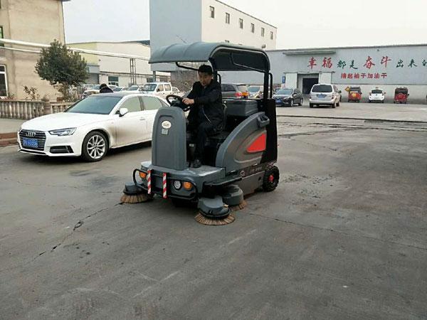 駕駛式電動掃地車